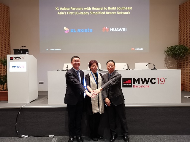 From right to left: Richard Jin, President of Huawei Transmission & Access Product Line; Ms. Yessie Dianty Yosetya, CTO of XL Axiata; Kevin Huang, CMO of Huawei Transmission & Access Product Line